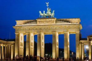 Primo piano della porta di Brandeburgo a Berlino simbolo della città tedesca